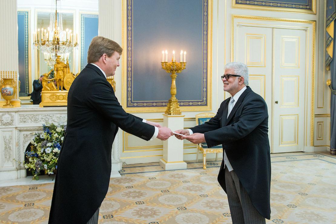 El Embajador Guillermo Piña Contreras (derecha) al momento de presentar sus cartas credenciales ante el rey Willem Alexander.